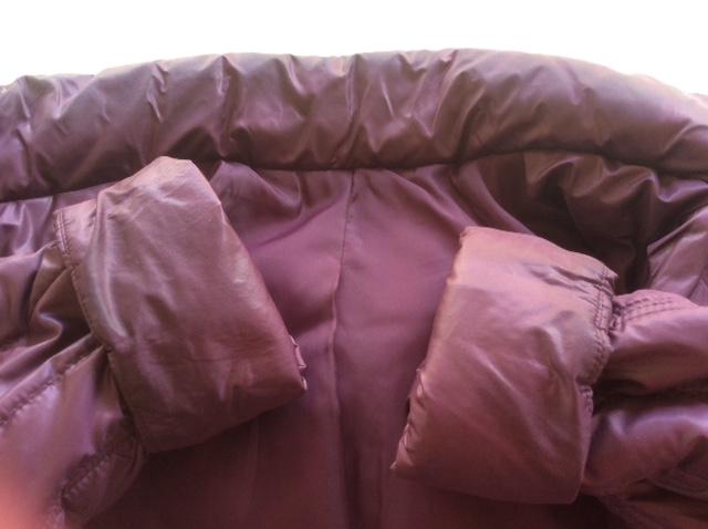 袖口や襟元に汚れが付いているダウンコート